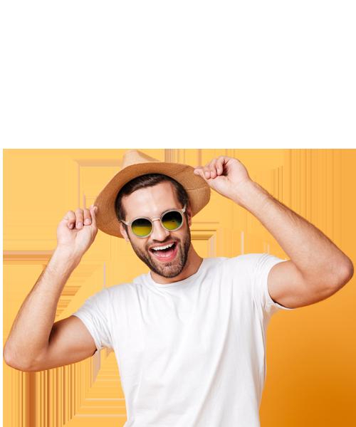ragazzo sorridente con cappello e occhiali
