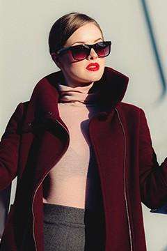 donna in cappotto e occhiali