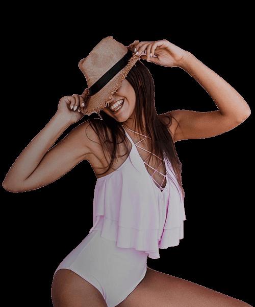 ragazza con cappello estivo